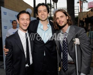 Joesph Gordon-Levitt posing with Geoffrey Arend and Matthew Gray-Gubler, who play Tom's friends in the 500 Days.